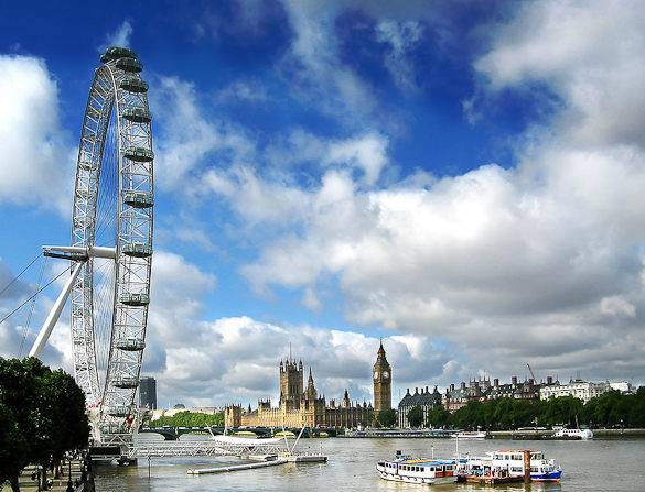 Picture of the Thames River with London Eye to the left and Westminster Palace to the right