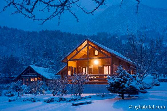 Picture of the snow-covered 2-bedroom wooden chalet in La Bâtie Neuve