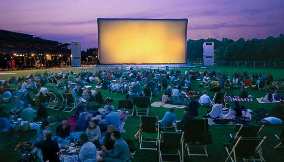 Image of an outdoor movie at the Cinéma en Plein Air