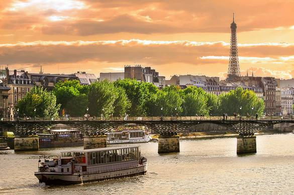 Picture of a river cruise at the Seine in Paris