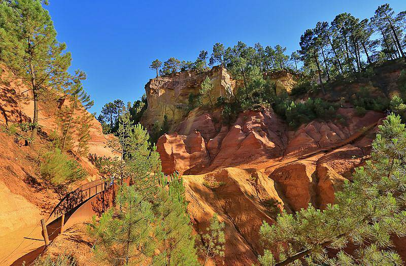 Picture of the ochre landscape in Provence's Roussillon