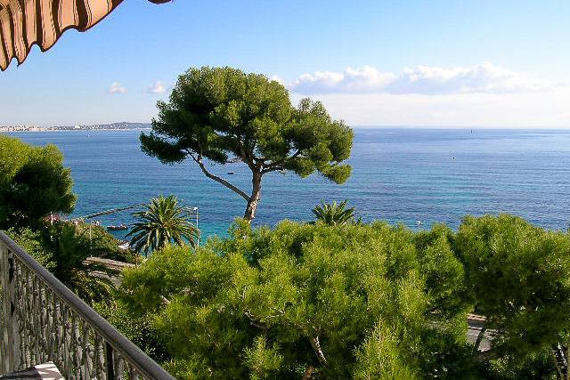 Picture of a seaside studio apartment with balcony in Cannes