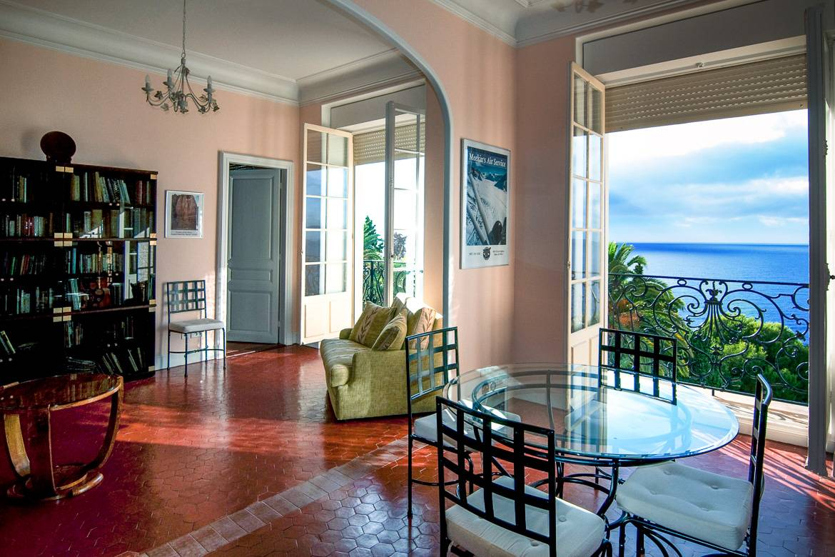 Picture of the living room of a Cap d'Ail holiday apartment and its view of the Mediterranean Sea
