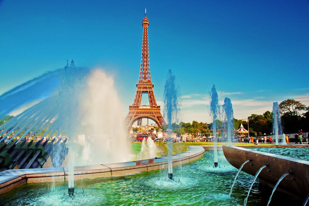 Picture of the Trocadero fountains and the Eiffel Tower in Paris during the summer.