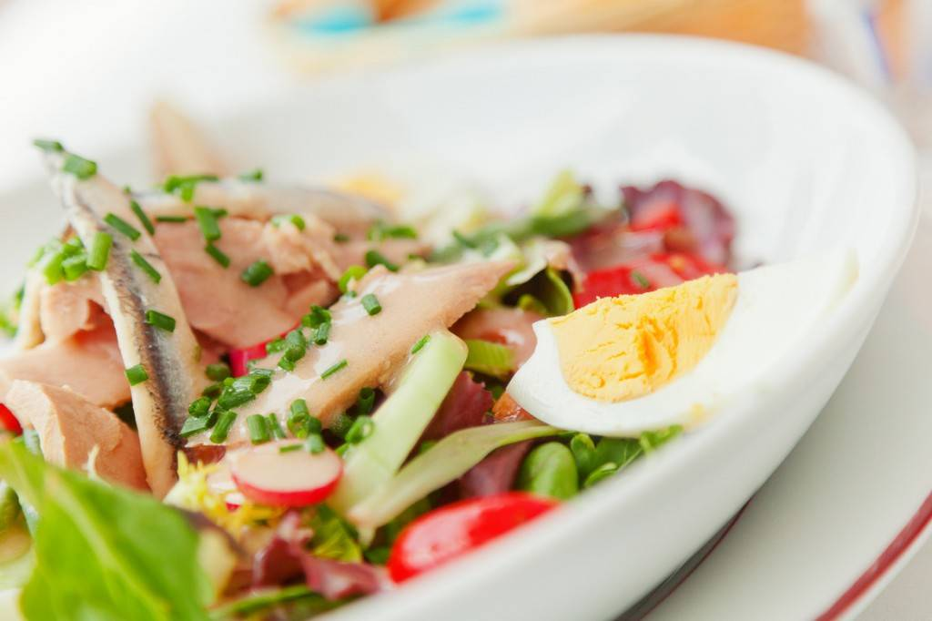 Image of a white plate with salade niçoise