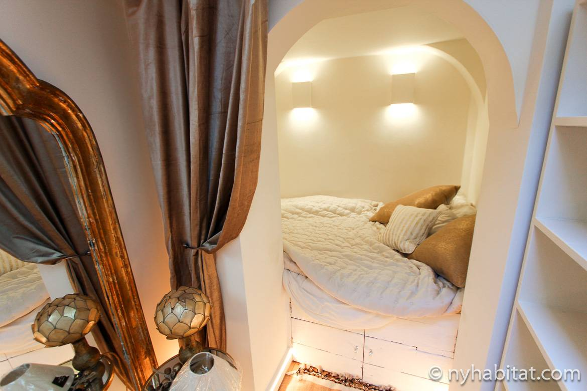 Image of arched sleeping nook with gold curtain to the side in LN-1725