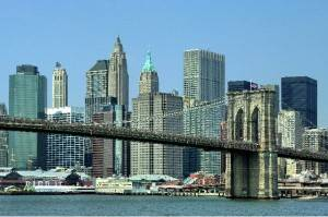 Brooklyn Bridge mit der Skyline von Downtown Manhattan 