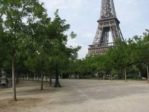 Blick auf den Eiffelturm vom Champs de Mars