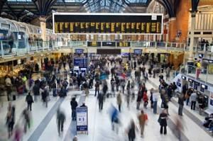 Ein Foto der Liverpool Street Station in London während der Hauptverkehrszeit.