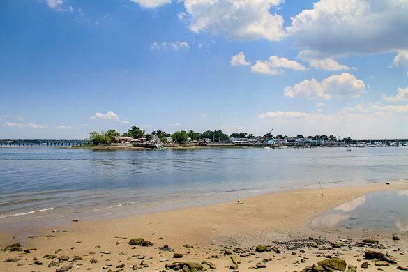 Ein Blick auf City Island von Pelham Bay Park Orchad Beach in der Bronx, New York