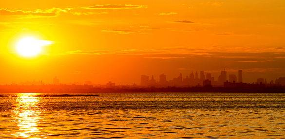 Die Skyline von New York City an einem heien Sommerabend von Queens, New York aus gesehen