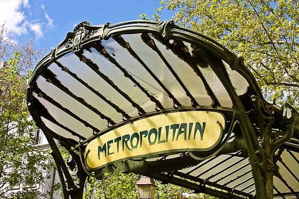 Ein Bild eines Eingangs im Jugendstil zur Pariser Métro an der Station Abbesses