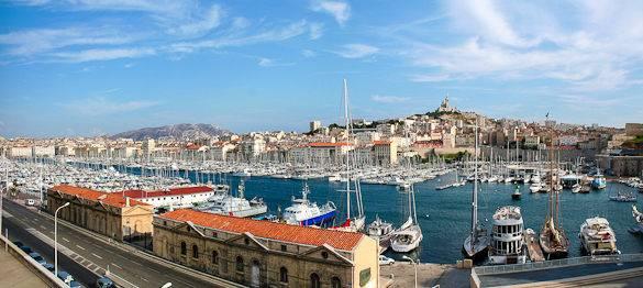 Foto von dem Vieux Port und der Notre Dame de la Garde in Marseille