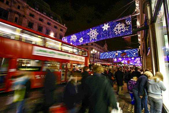 Foto der mit Weihnachtsbeleuchtung dekorierten Oxford Street in London