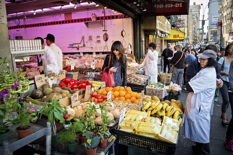 Bild von einem Marktstand, an dem frisches Obst und Gemüse in Chinatown, New York verkauft wird