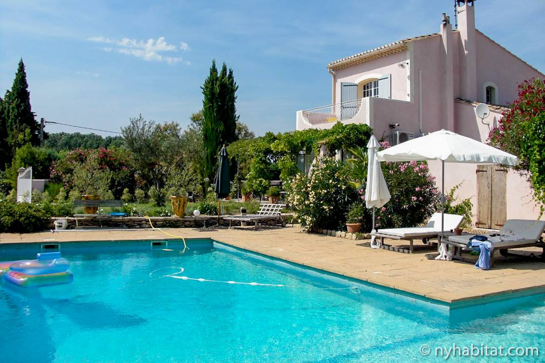 Bild des Swimmingpools und des Gartens einer Villa in Eyragues