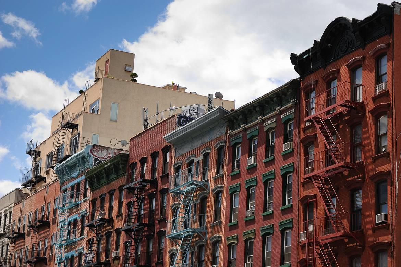 Foto einer Reihe von Gebäuden mit Mietwohnungen der Lower East Side