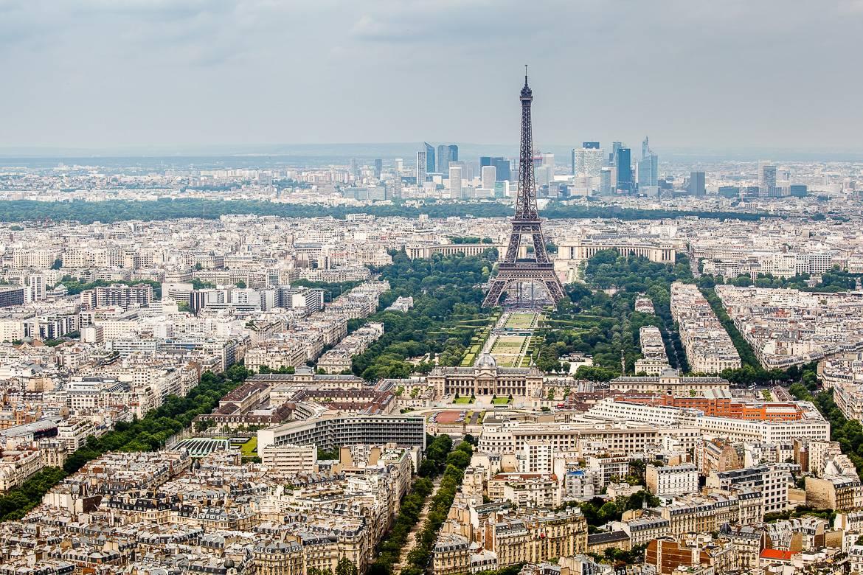 Foto des Eiffelturms und der Pariser Stadtlandschaft.