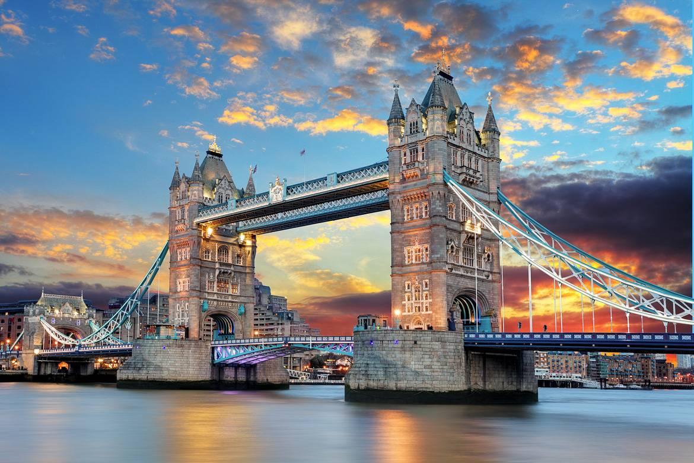 Die Sonne geht hinter der Tower Bridge unter