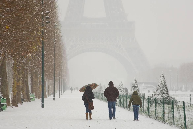 Foto vom Eiffelturm im Schnee.