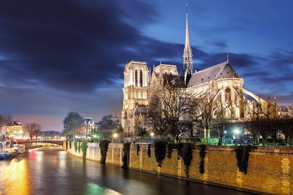 Aufnahme der Notre Dame Kathedrale und der Seine bei Nacht