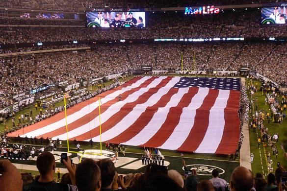 Bild der amerikanischen Flagge auf dem Footballfeld im MetLife Stadium.