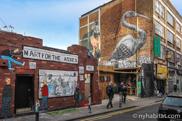 Bild zeigt Graffiti Street Art auf der Außenwand eines Gebäudes in East London.