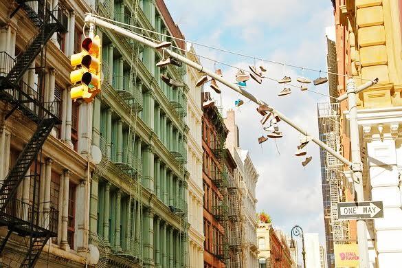 Bild einer Straße in SoHo Street mit aufgehängten Schuhen