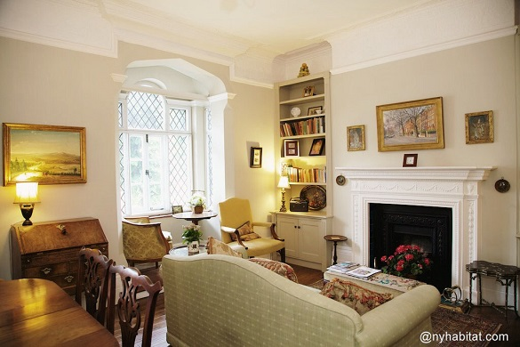 Bild des Wohnzimmers von LN-1666 mit Sofa vor einem Kamin