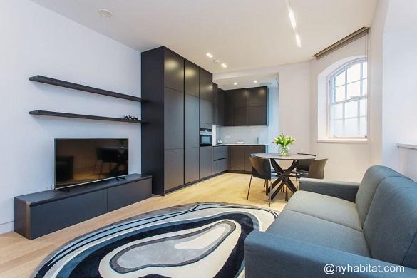 Bild des Wohnzimmers von LN-1806 mit Sofa, Teppich und Flachbildfernseher