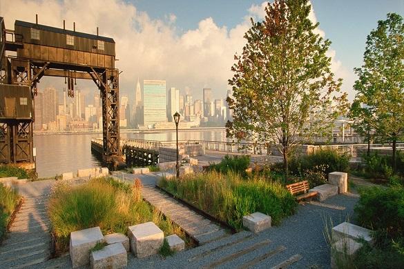 Bild des Gantry Plaza State Parks in Long Island City, Queens, mit Aussicht auf das Wasser und die Skyline von NYC