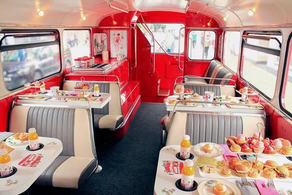 Der Innenraum eines roten Londoner Busses, umgebaut in ein kleines Restaurant