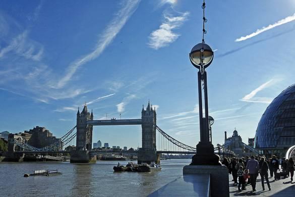 Bild einer Touristengruppe, die sich die Tower Bridge ansiehtbestaunt