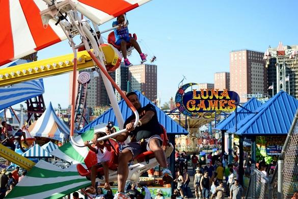Bild der Fahrgeschäfte im Coney Island Freizeitpark und Promenade