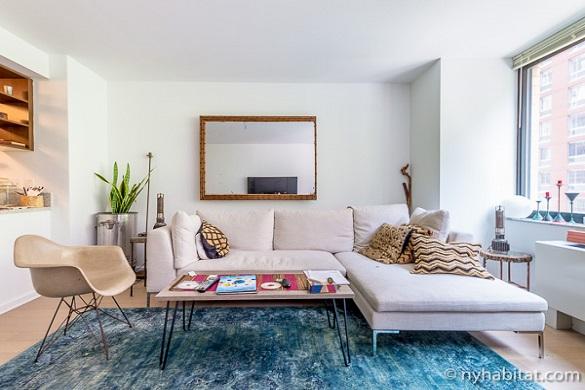 Bild des Wohnzimmers von NY-17169 in Chelsea mit heller Dekoration in Frühlingsfarben