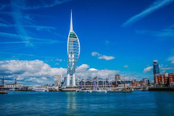 Bild des Emirate's Spinnaker Towers und den Schiffswerften in Portsmouth