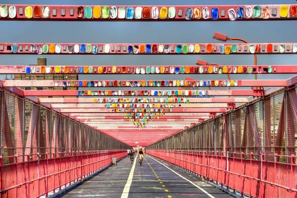 Foto der Williamsburg Bridge mit Kunstobjekten an den Brückenträgern