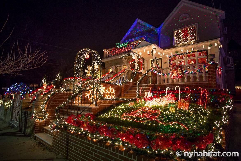 Bewundern Sie die Weihnachtslichter bei einem Spaziergang durch die Straßen von Brooklyn. Foto eines Hauses mit Weihnachtsbeleuchtung in Dyker Height's