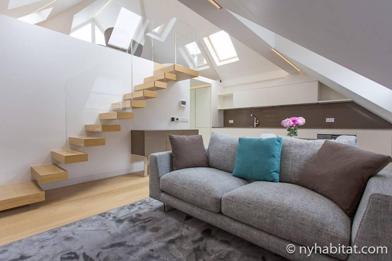 Alt text 3: Foto eines modernen Wohnzimmers mit Dachschrägen in der Londoner Wohnung LN-1709