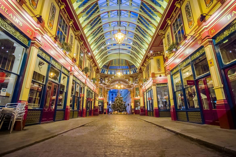 Foto von überdachter Markthalle mit Glasdach und Weihnachtsbaum