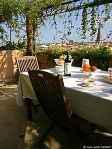 Location de vacances dans le sud de la France. Photo de la terrasse d'un appartement T3 à Avignon (PR-615).