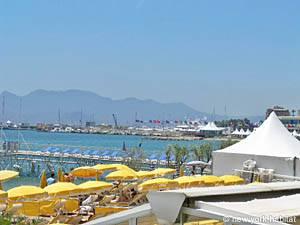 Tourisme et loisirs dans le sud de la France. Photo de plage et du port de Cannes