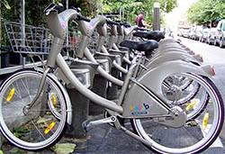 Tourisme et loisirs à Paris. Photo d'une station Velib' (source Wikipedia)
