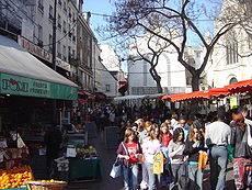 Tourisme et loisirs à Paris. Photo du marché de la rue Mouffetard (source Wikipedia).