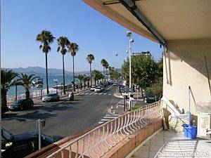 Location de vacances dans le sud de la France. Photo de la terrasse d'un appartement T2 à Cannes, Côte d'Azur (PR-472)