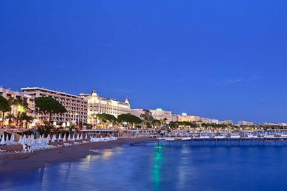 Photographie d'une plage et du boulevard de la croisette à Cannes, depuis la mer Méditerranée