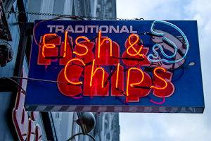 Photographie d'une enseigne lumineuse d'un restaurant de Fish and chips à Londres