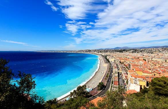 Vue sur la mer Méditerranée et la promenade des Anglais à Nice