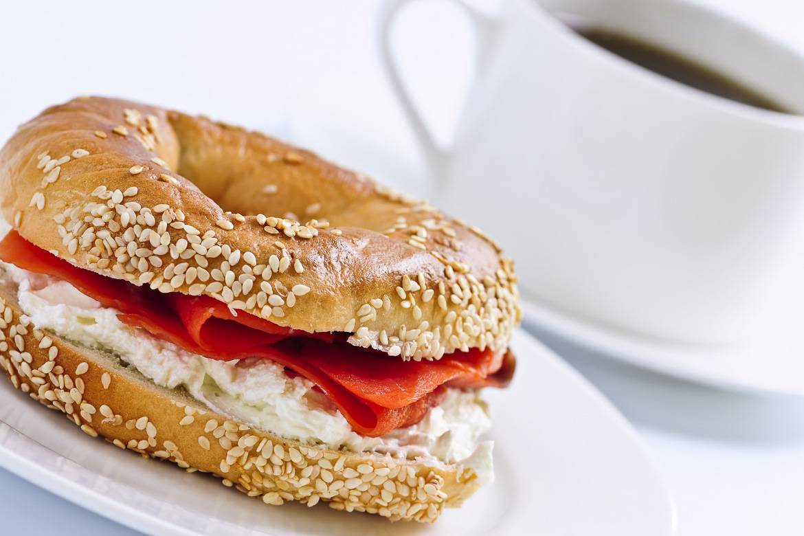 Photo d'un bagel et d'un café