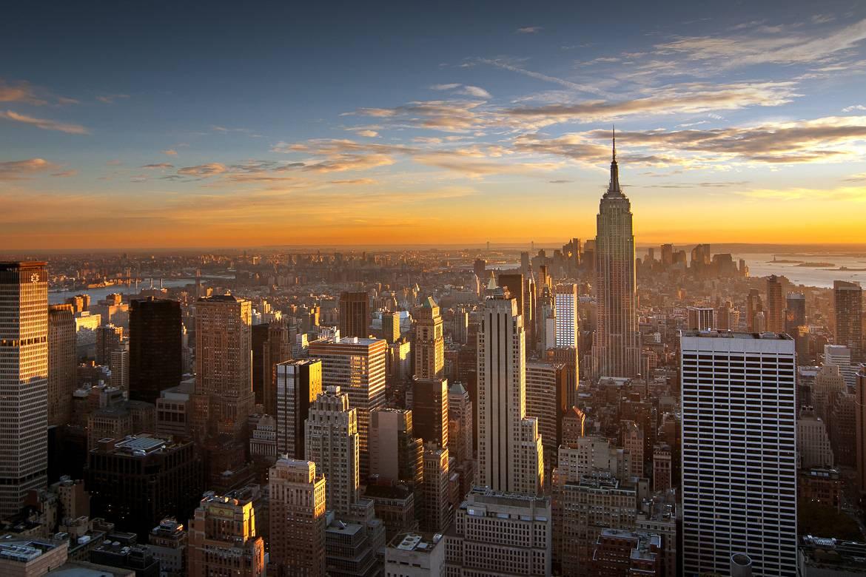 Coucher de soleil derrière la skyline et l'Empire State building